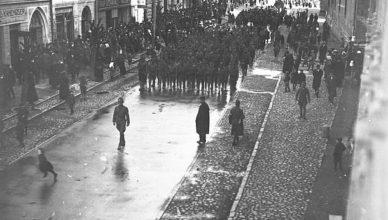 Vojaci 30.pluku pochodujúci Prešovom