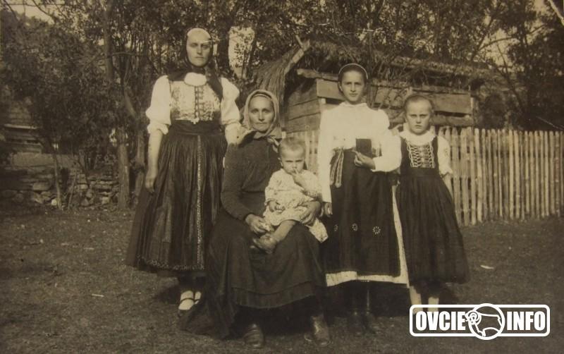 """2666fba896b8 Nosili kroj miešaný kroj spišsko – šarišský. Kroj nosili hlavne ženy.  Zvláštnosťou kroja sú až podnes zachované """"Fodry s lajbličkami"""" ktoré sa  nosia v páse."""